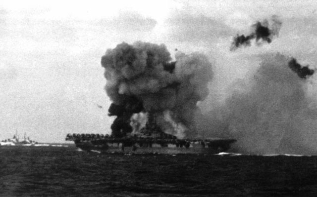 Kinh ngạc tàu sân bay Mỹ sống sót sau khi dính bom nguyên tử - Ảnh 12.