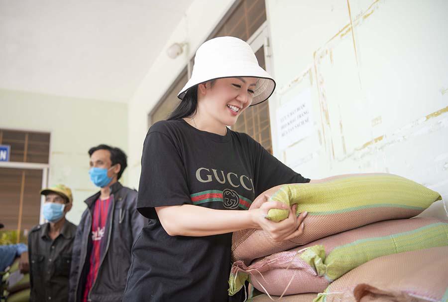 Ca sĩ Đinh Hiền Anh chi gần 1 tỷ làm từ thiện suốt dịch nCoV  - Ảnh 1.