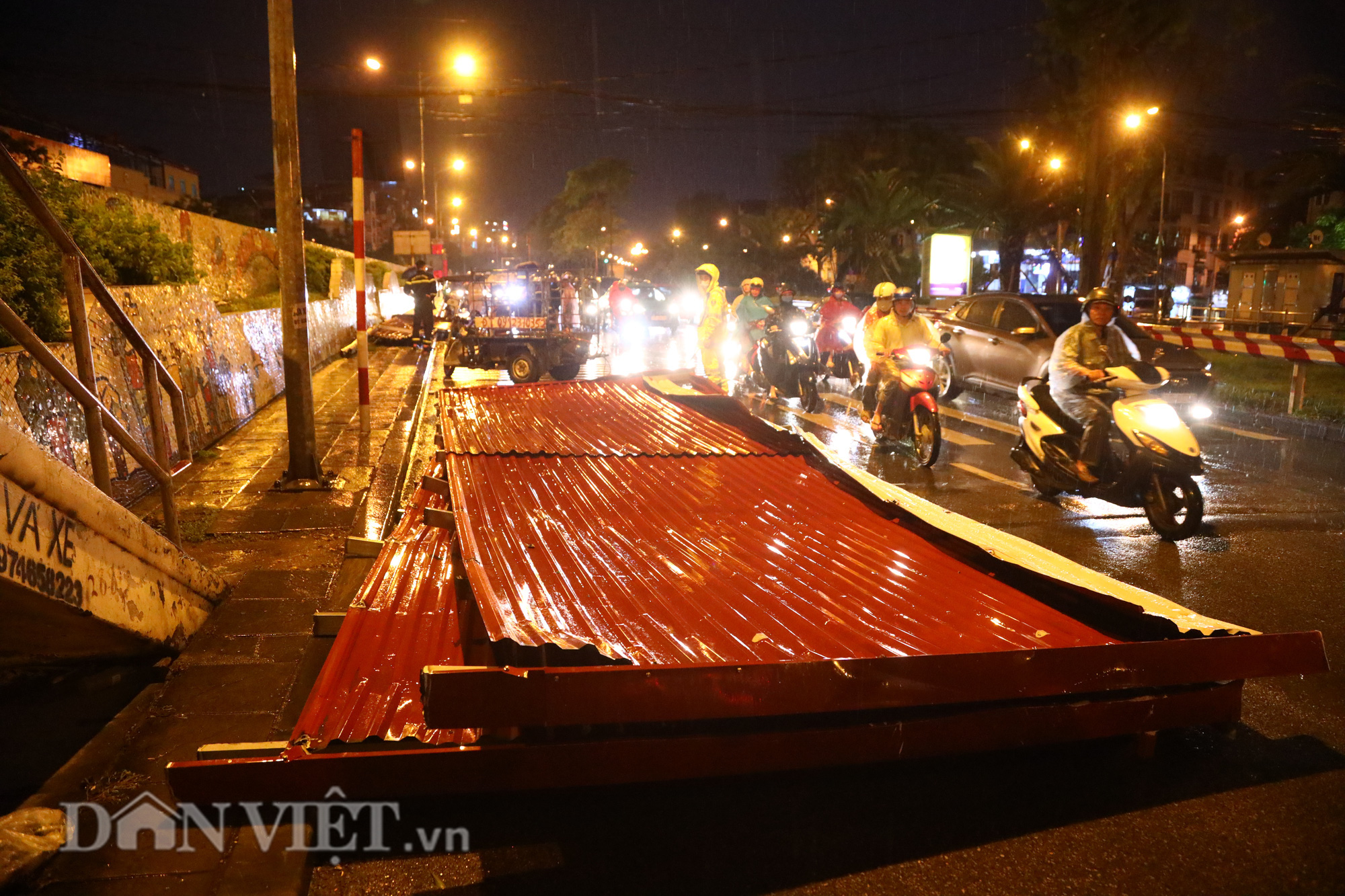 Đội mưa giông dọn mái tôn bay xuống giữa đường gốm sứ Hà Nội - Ảnh 1.
