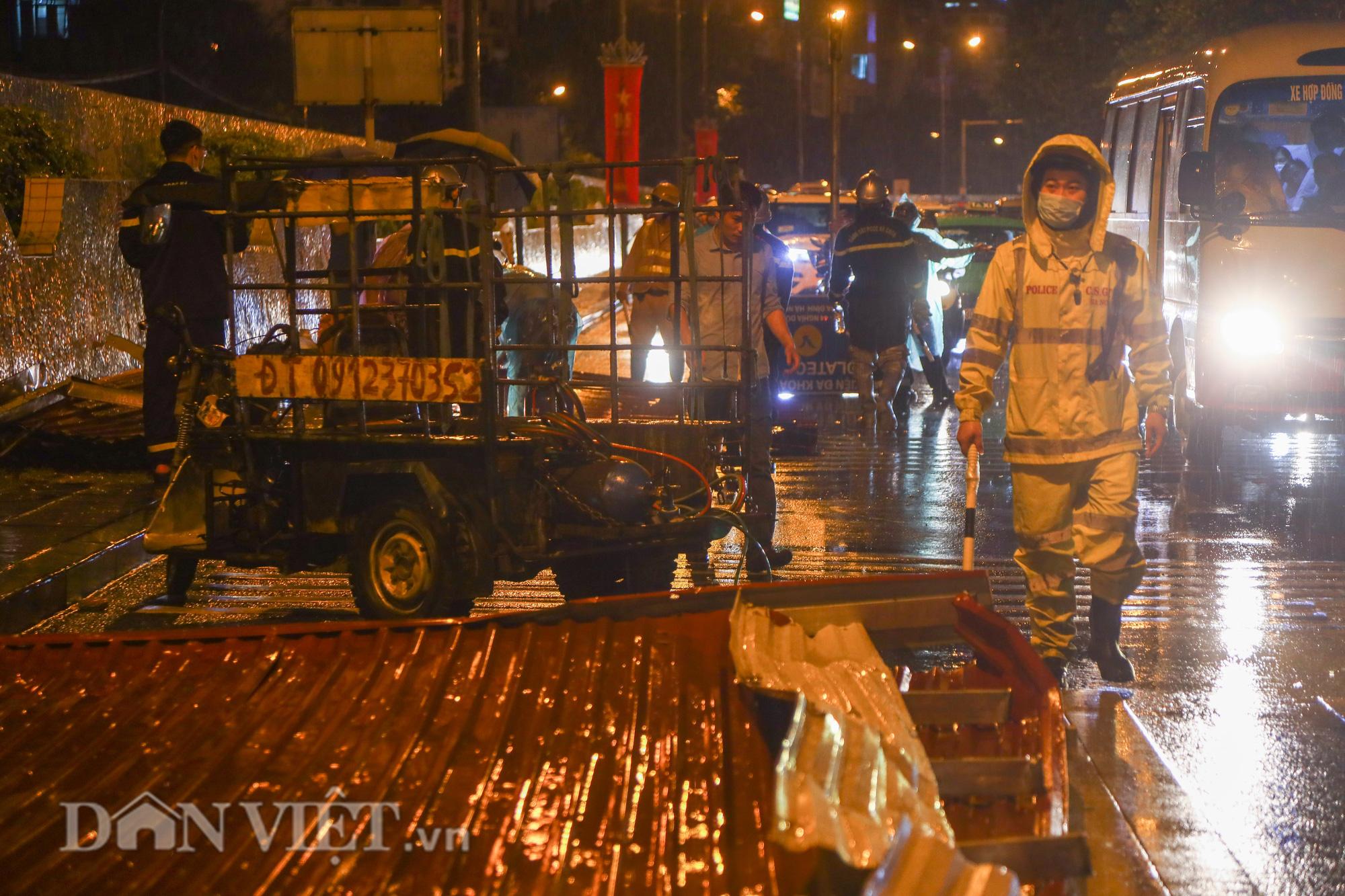 Đội mưa giông dọn mái tôn bay xuống giữa đường gốm sứ Hà Nội - Ảnh 10.
