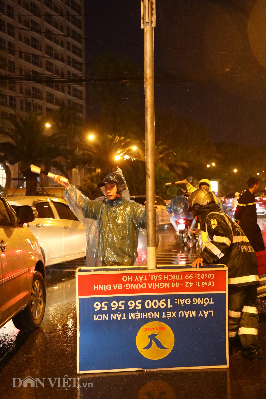 Đội mưa giông dọn mái tôn bay xuống giữa đường gốm sứ Hà Nội - Ảnh 2.
