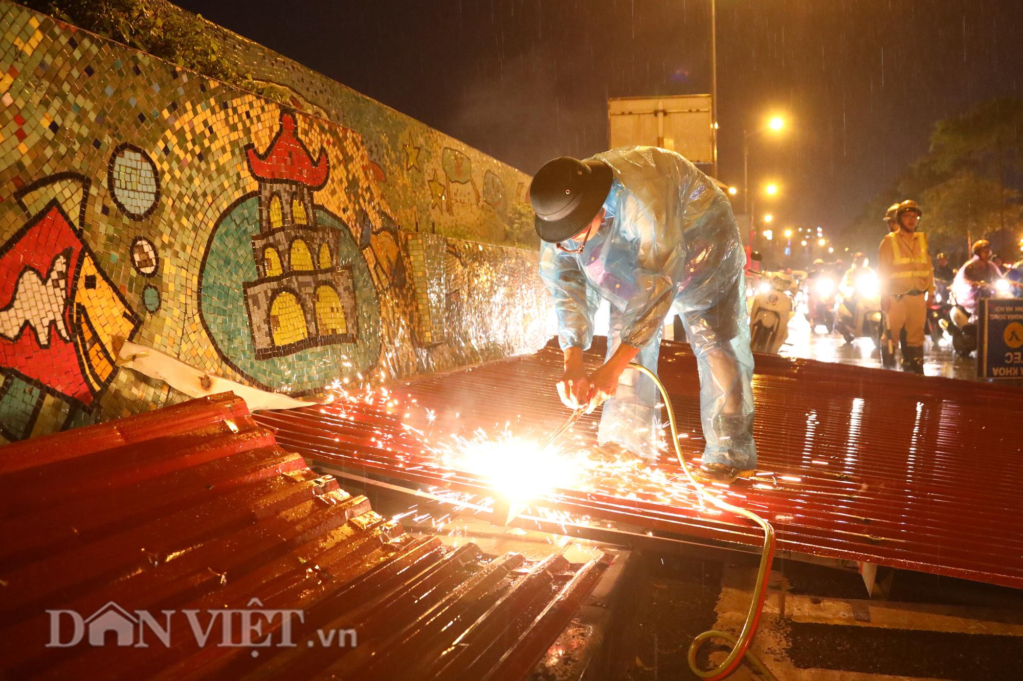 Đội mưa giông dọn mái tôn bay xuống giữa đường gốm sứ Hà Nội - Ảnh 4.