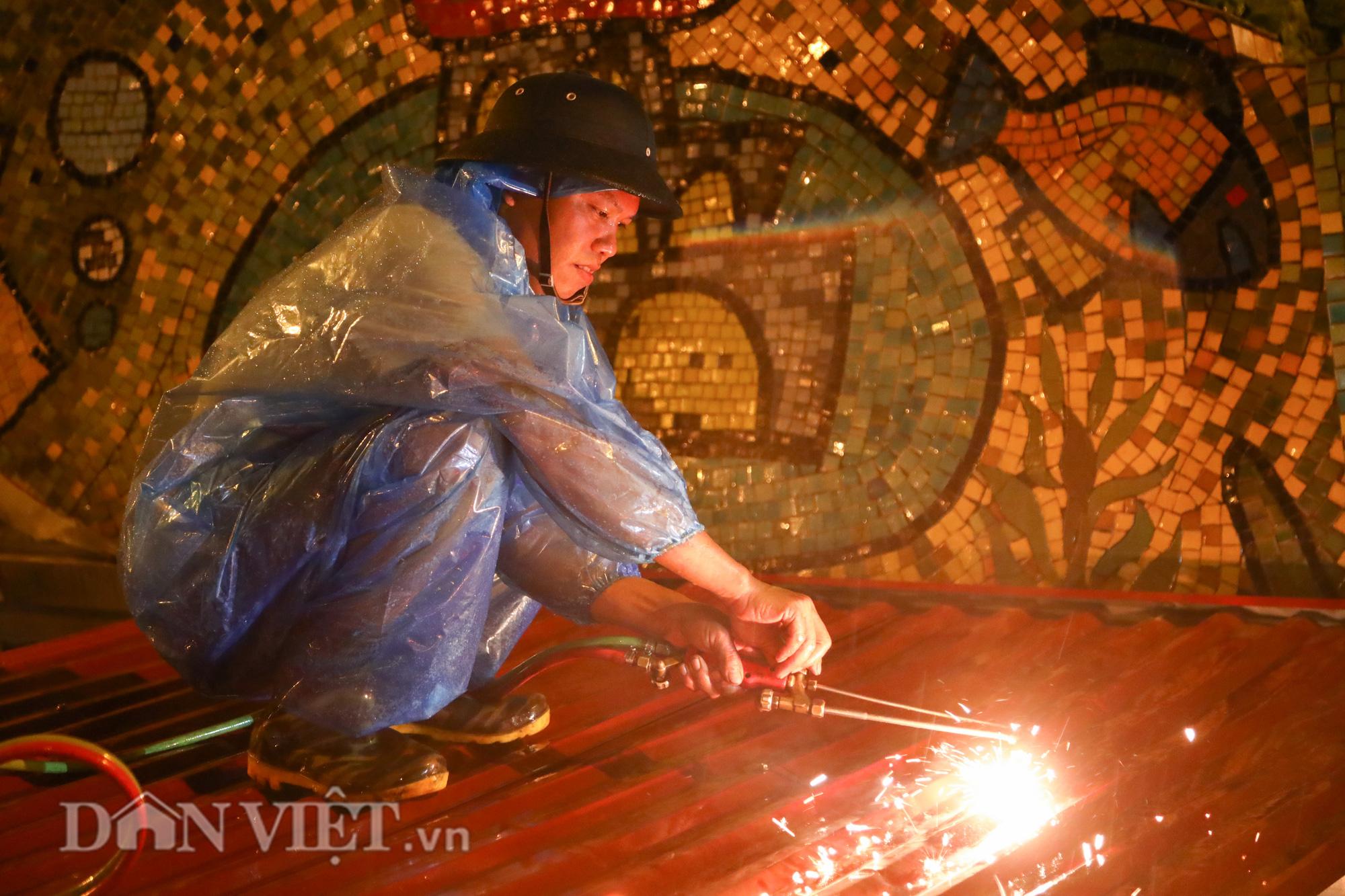 Đội mưa giông dọn mái tôn bay xuống giữa đường gốm sứ Hà Nội - Ảnh 5.
