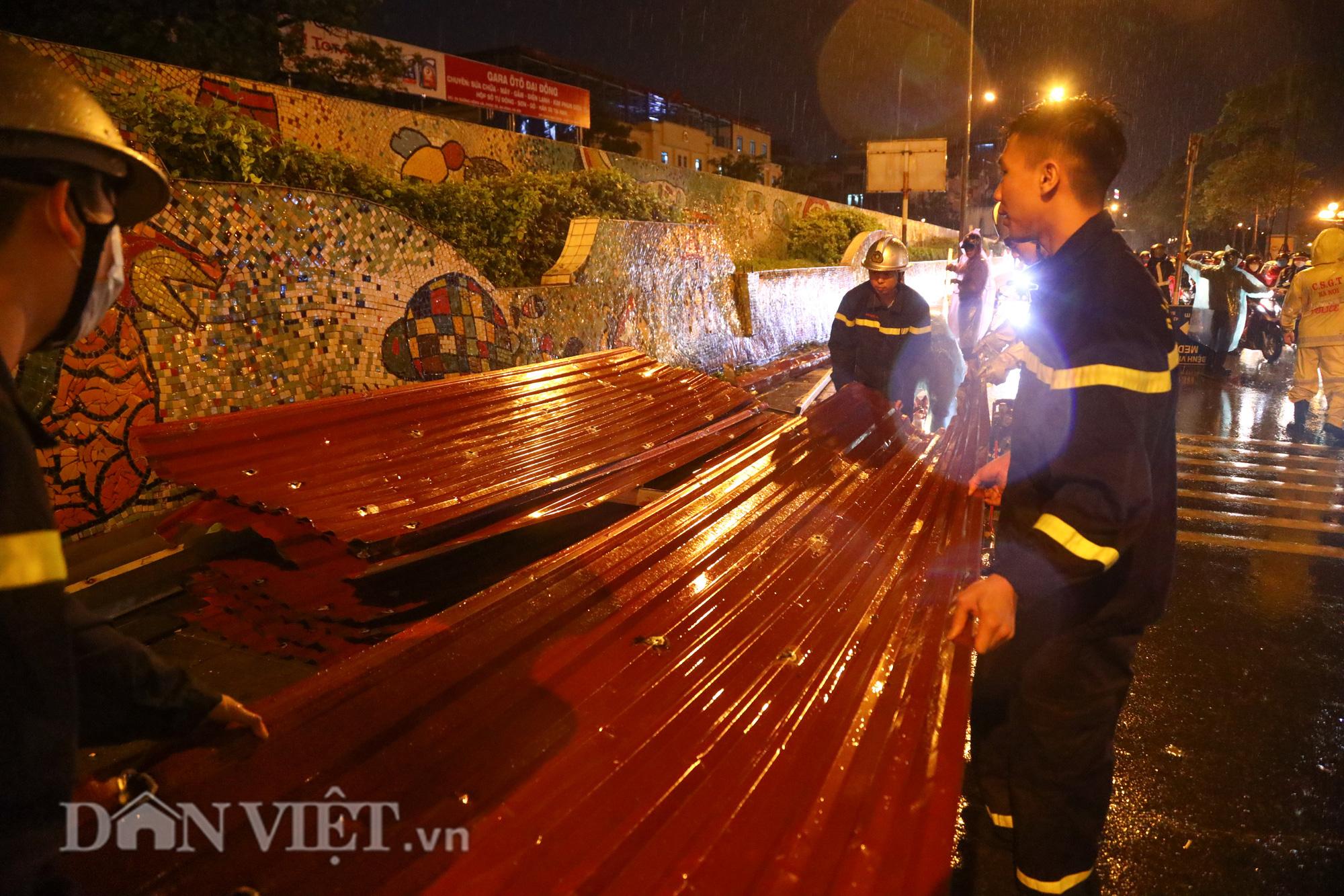 Đội mưa giông dọn mái tôn bay xuống giữa đường gốm sứ Hà Nội - Ảnh 6.