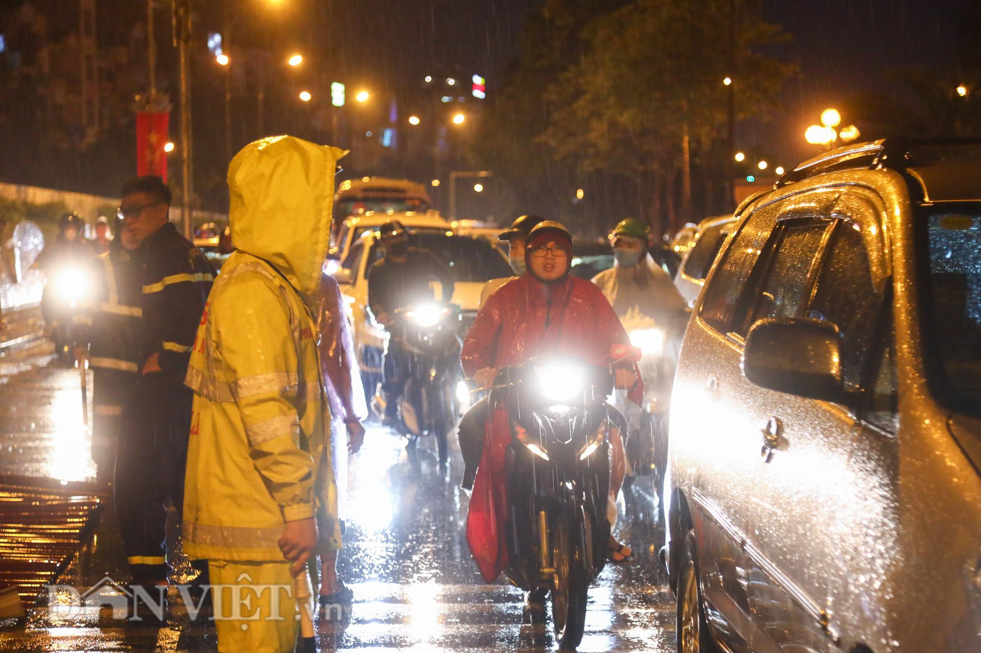 Đội mưa giông dọn mái tôn bay xuống giữa đường gốm sứ Hà Nội - Ảnh 3.