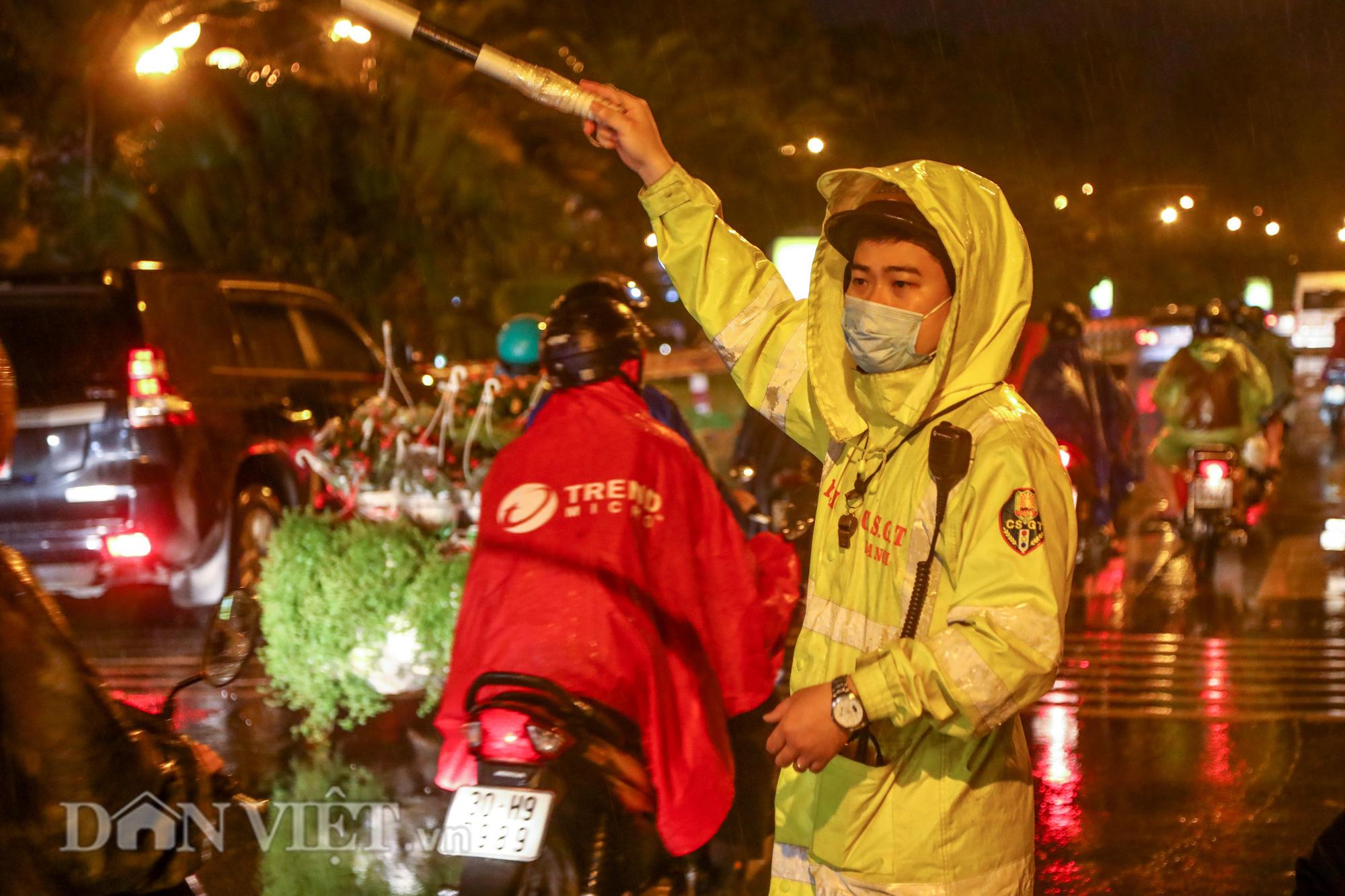 Đội mưa giông dọn mái tôn bay xuống giữa đường gốm sứ Hà Nội - Ảnh 7.