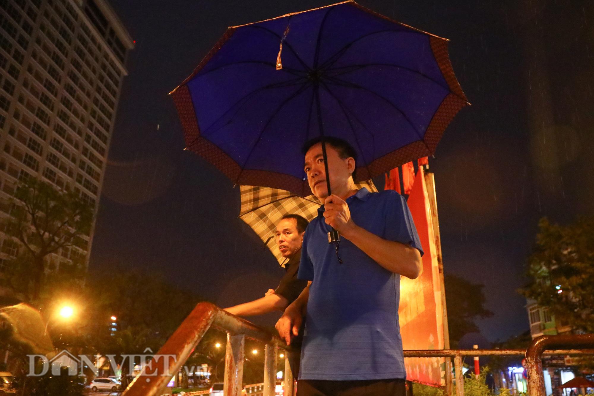 Đội mưa giông dọn mái tôn bay xuống giữa đường gốm sứ Hà Nội - Ảnh 8.
