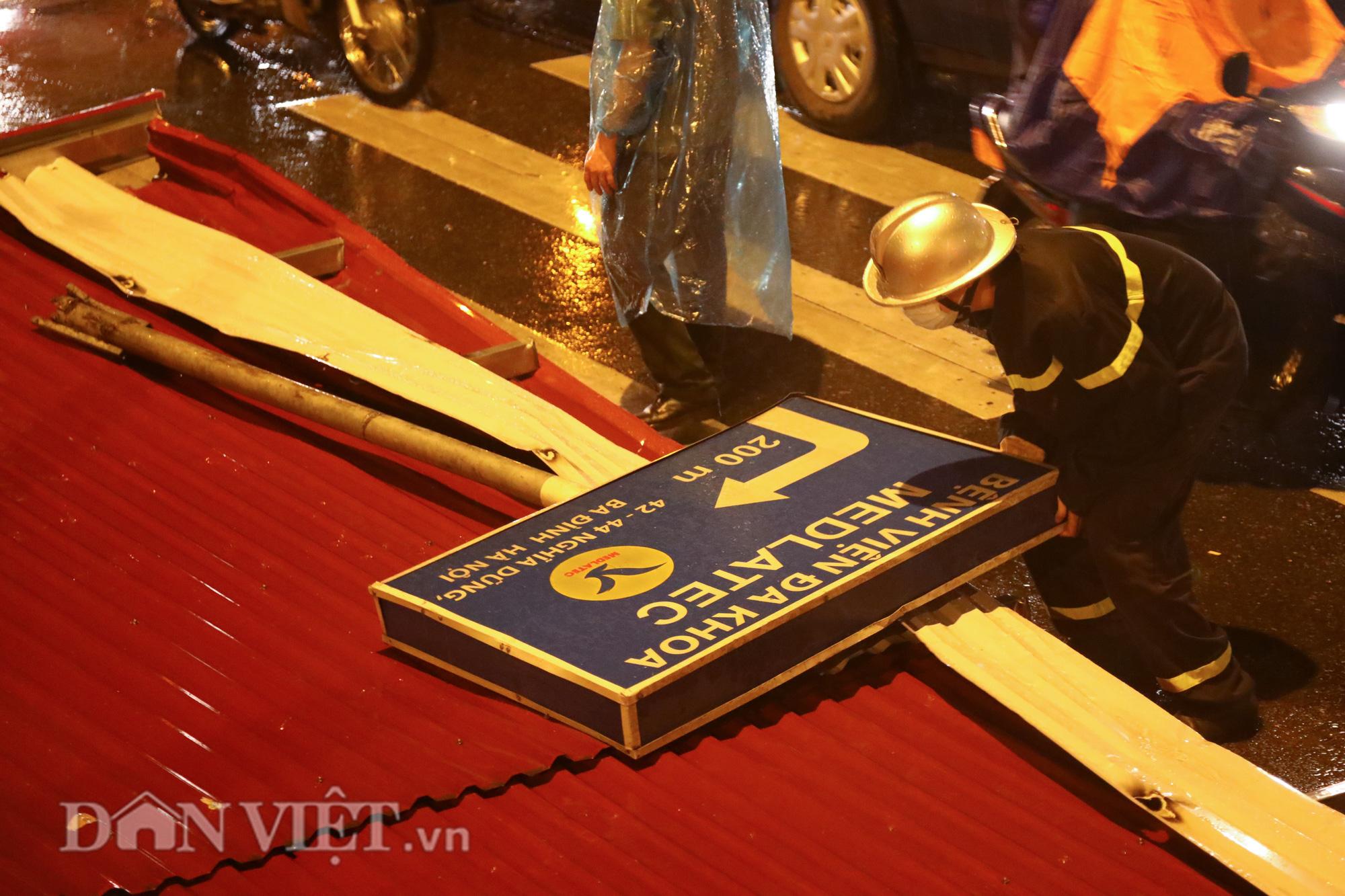 Đội mưa giông dọn mái tôn bay xuống giữa đường gốm sứ Hà Nội - Ảnh 9.