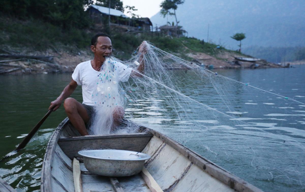 Người đàn ông 15 năm sống giữa lòng hồ thủy điện - Ảnh 6.