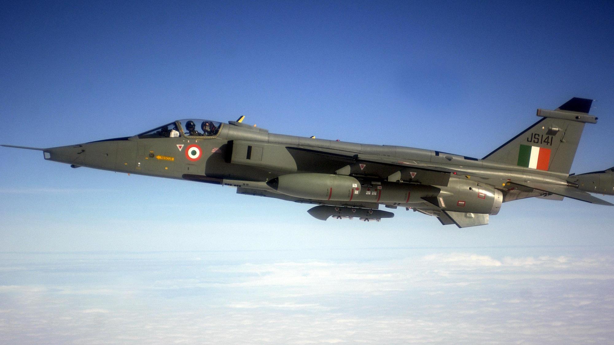Ấn Độ điều máy bay chiến đấu áp sát biên giới Trung Quốc lúc căng thẳng gia tăng - Ảnh 1.