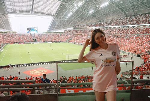 Đơ người vì vẻ đẹp 'chim sa cá lặn' của fan M.U xinh nhất Thái Lan - Ảnh 6.