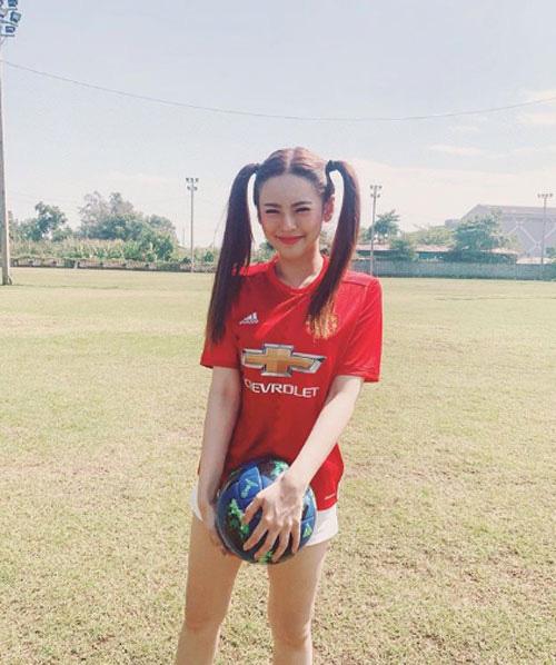 Đơ người vì vẻ đẹp 'chim sa cá lặn' của fan M.U xinh nhất Thái Lan - Ảnh 9.