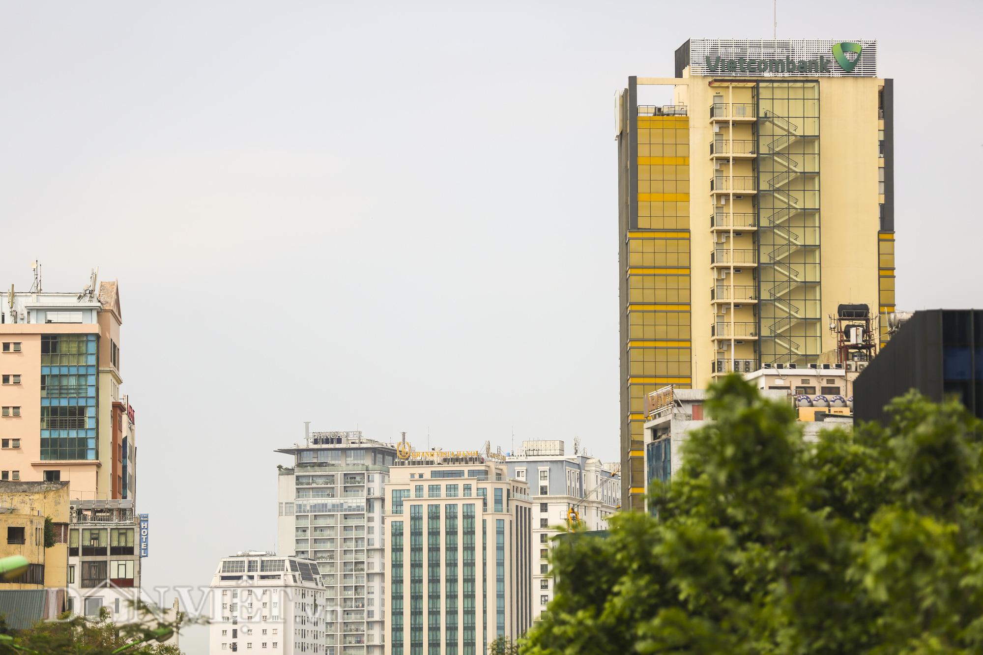 """Hà Nội: Tòa nhà """"dát vàng"""" phản quang gây chói mắt người đi đường - Ảnh 8."""