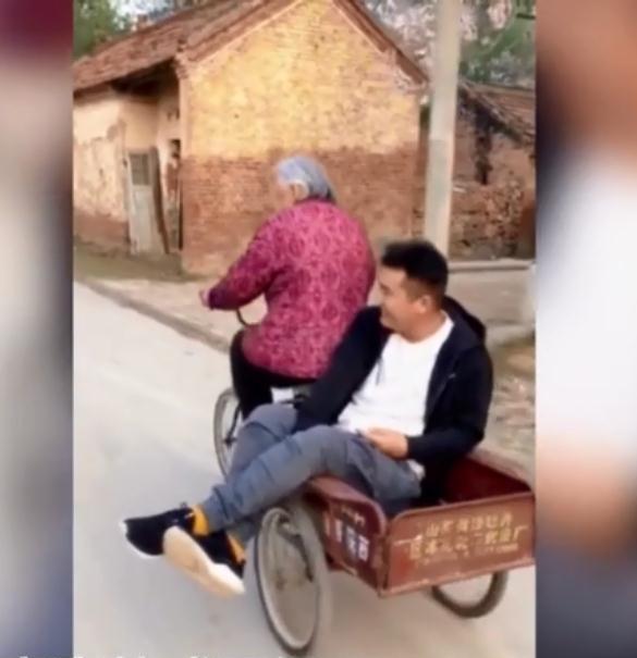 Câu chuyện thú vị đằng sau hình ảnh bà 92 tuổi đạp xe chở cháu trai 30 tuổi đi chơi - Ảnh 1.