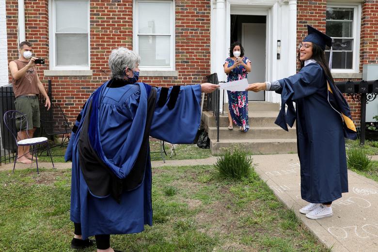 """Những kiểu tốt nghiệp """"có một không hai"""" trên thế giới thời Covid-19 - Ảnh 5."""