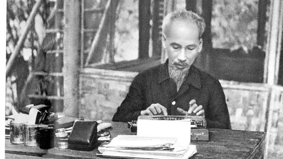 Chủ tịch Hồ Chí Minh:  Dựa vào ý kiến của dân mà sửa chữa cán bộ và tổ chức  - Ảnh 2.