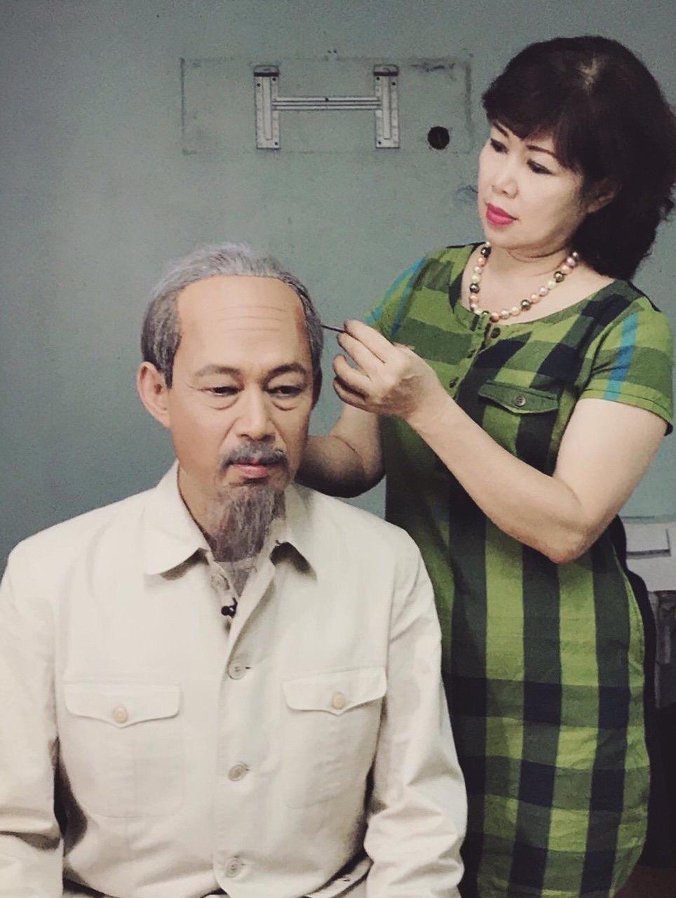 Chuyện người vợ hóa trang nghìn lần cho chồng đóng vai Bác Hồ - Ảnh 1.