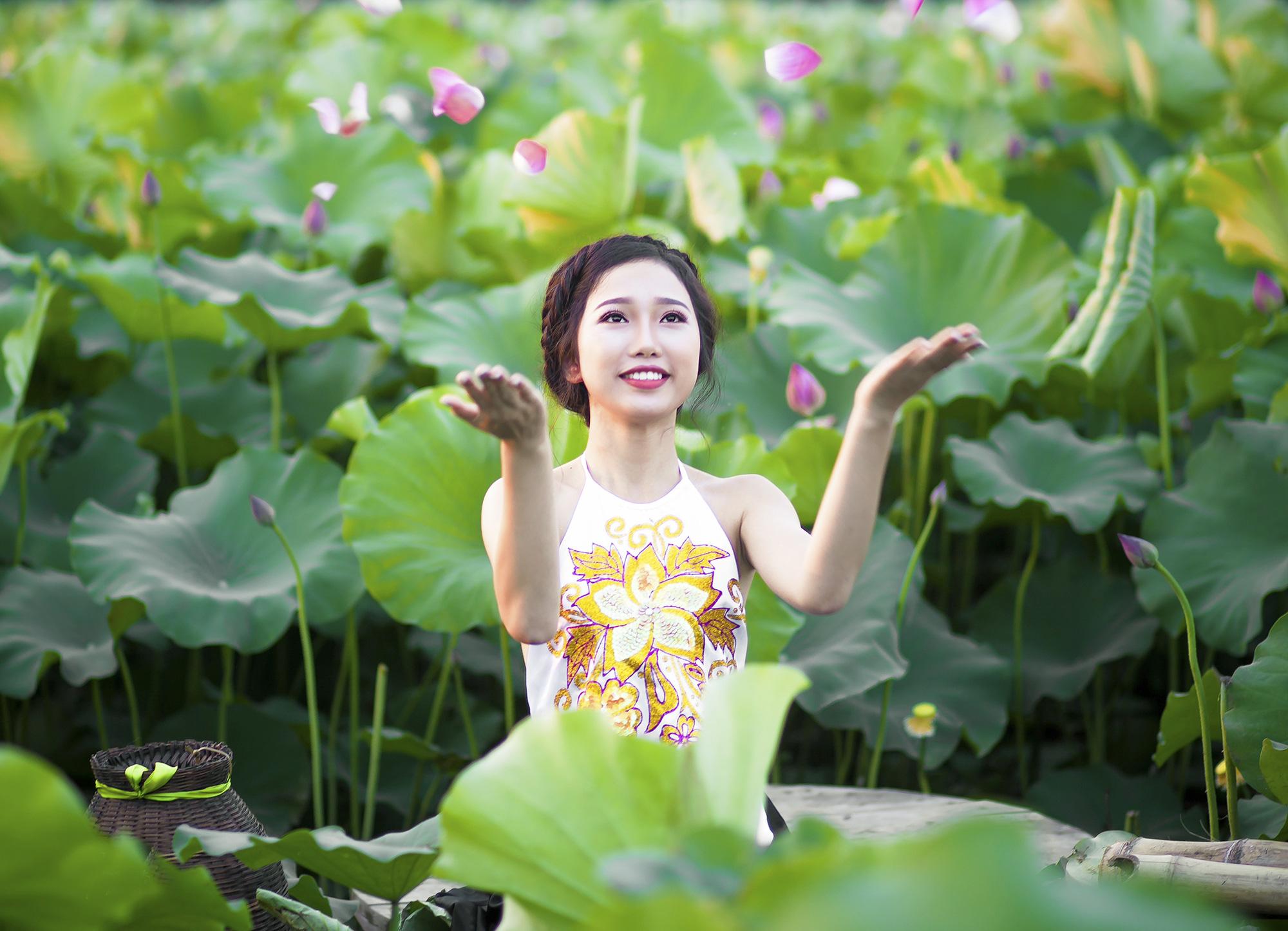 Sen đầu mua khoe sắc, len lỏi khắp phố phường Hà Nội - Ảnh 10.