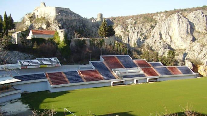 8 sân vận động dị biệt và kì lạ nhất thế giới - Ảnh 3.