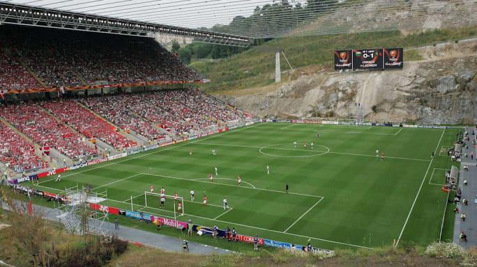 8 sân vận động dị biệt và kì lạ nhất thế giới - Ảnh 6.