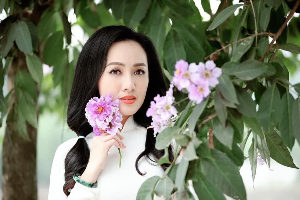 """Tuổi 40, BTV Hoài Anh vẫn mặc áo dài trắng đẹp """"gây mê"""" người nhìn - Ảnh 2."""