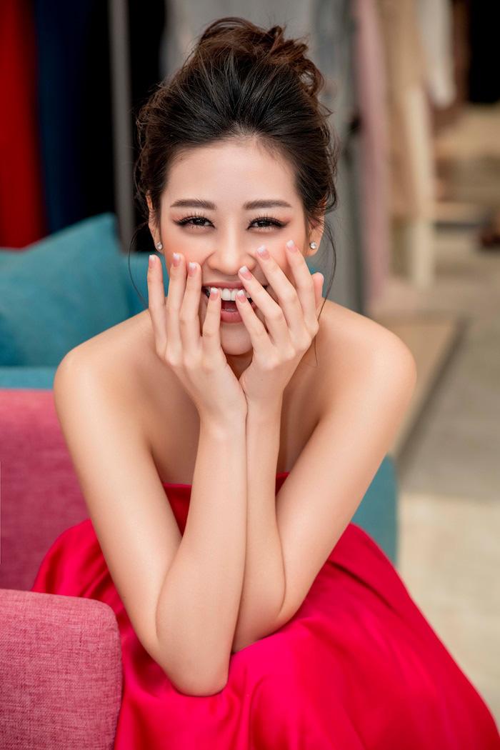 Hoa hậu Khánh Vân mặc váy khoét sâu  - Ảnh 6.