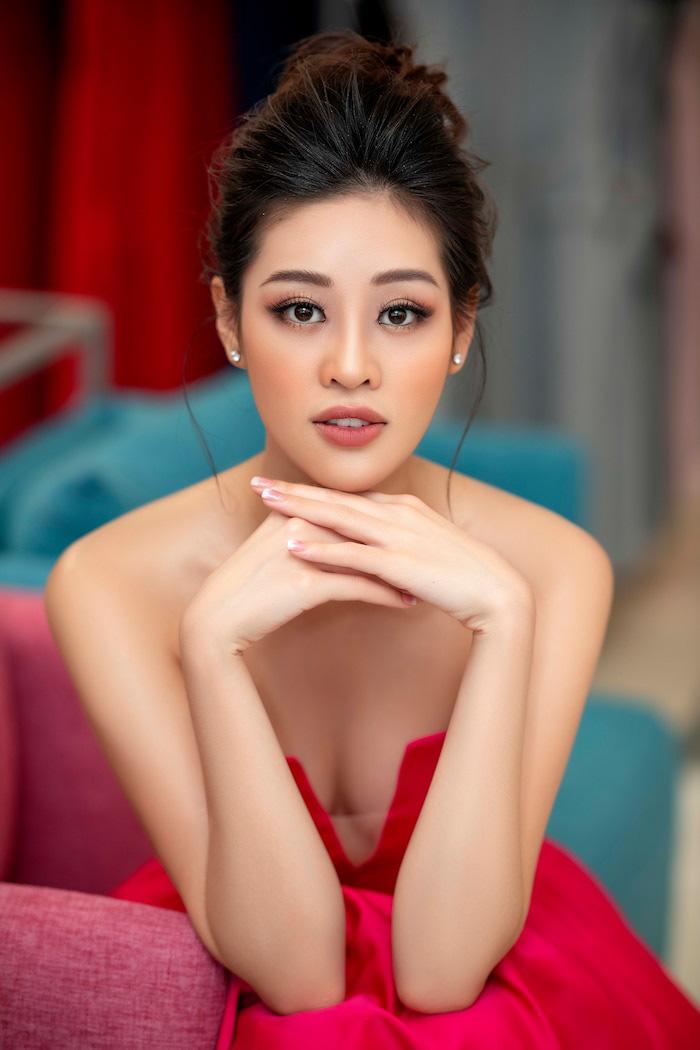 """Hoa hậu Khánh Vân mặc váy khoét sâu khoe vai trần gợi cảm """"hút hồn"""" fan - Ảnh 13."""