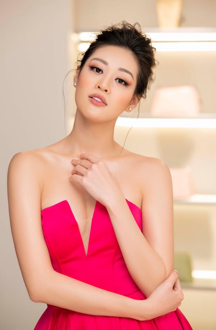 """Hoa hậu Khánh Vân mặc váy khoét sâu khoe vai trần gợi cảm """"hút hồn"""" fan - Ảnh 3."""
