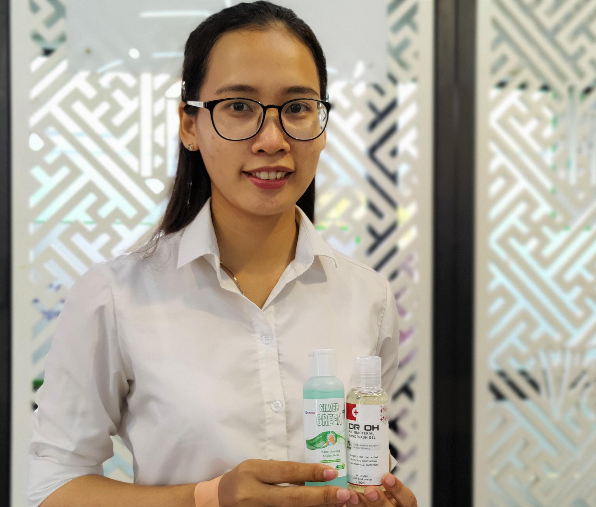 Hỗn dịch nano bạc được sử dụng để bào chế gel rửa tay khô. Ảnh: Trọng Hiền