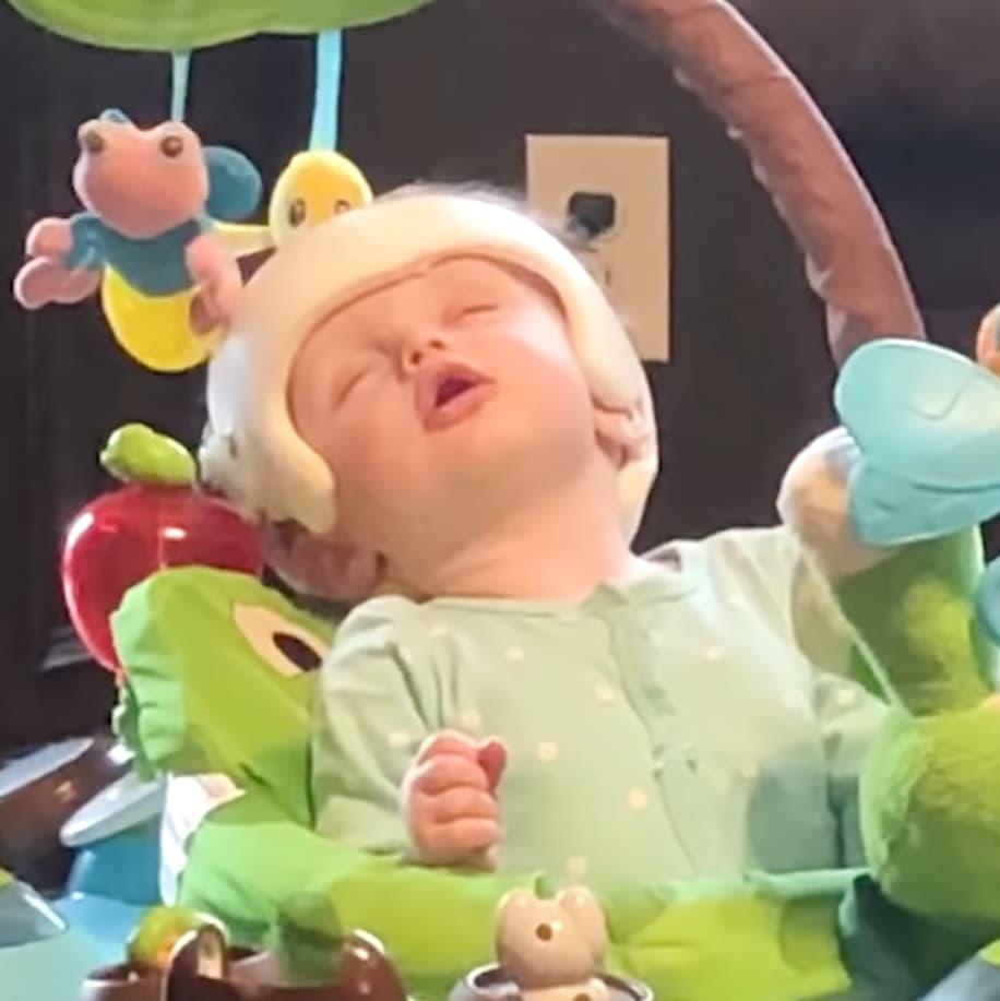 Cười ngất với khoảng khắc đang chơi, đang ăn bỗng lăn ra ngủ của trẻ em - Ảnh 4.