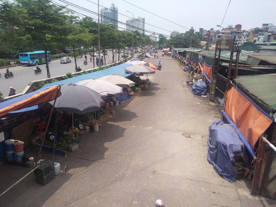 """62 ki ốt chợ Long Biên vẫn """"tồn tại"""" dù ký sai quy định - Ảnh 2."""