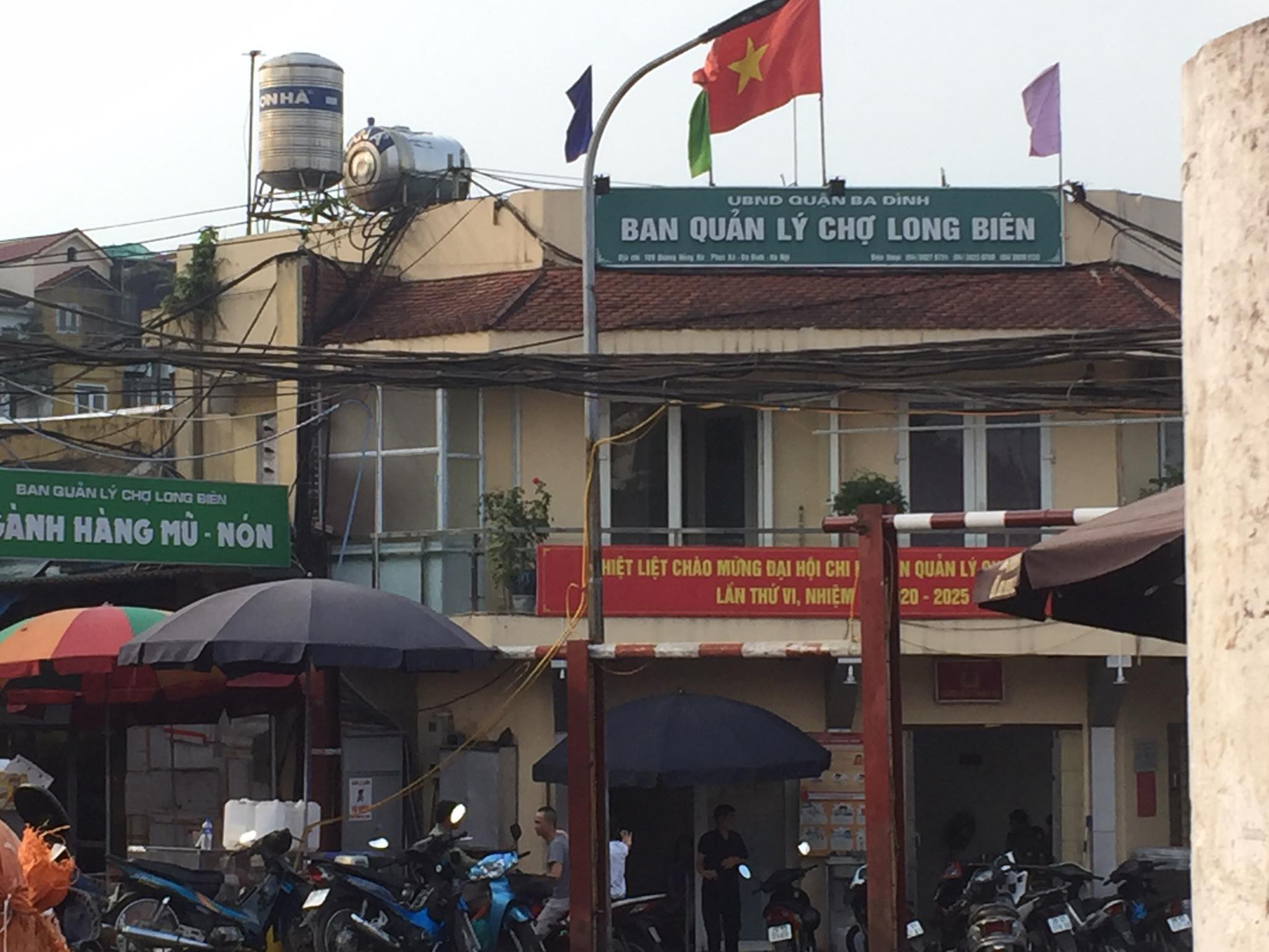 """62 ki ốt chợ Long Biên vẫn """"tồn tại"""" dù ký sai quy định - Ảnh 1."""