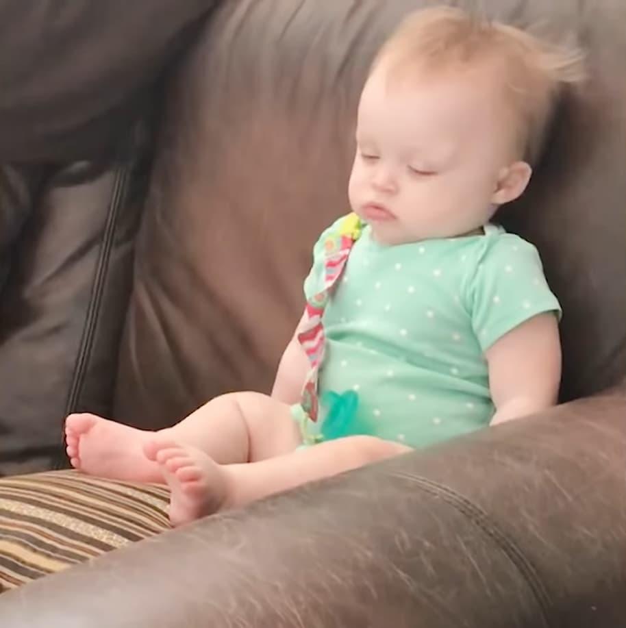 Cười ngất với khoảng khắc đang chơi, đang ăn bỗng lăn ra ngủ của trẻ em - Ảnh 3.