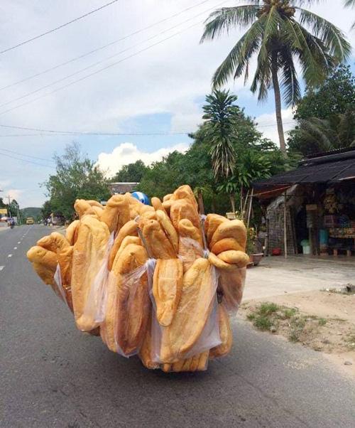 Bánh mì khổng lồ ở An Giang - Ảnh 1.