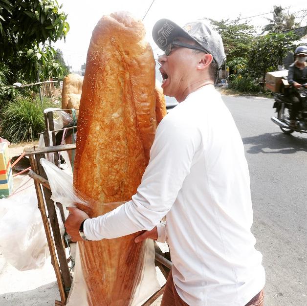 Bánh mì khổng lồ ở An Giang - Ảnh 2.