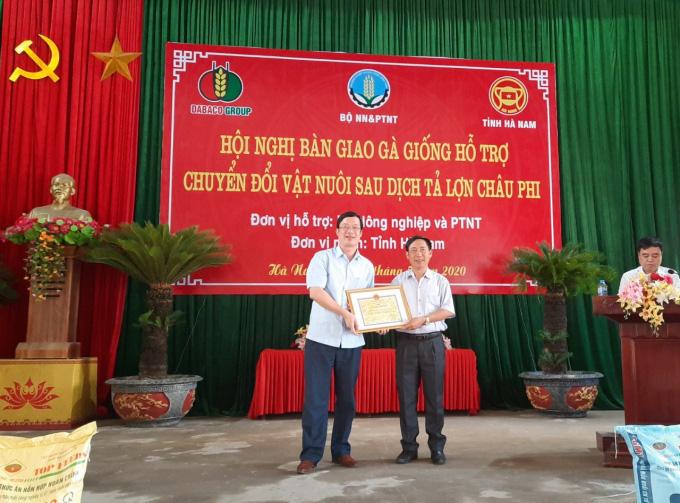 Tập đoàn Dabaco tặng miễn phí 50.000 con gà giống J-Dabaco cho nông dân Hà Nam - Ảnh 3.