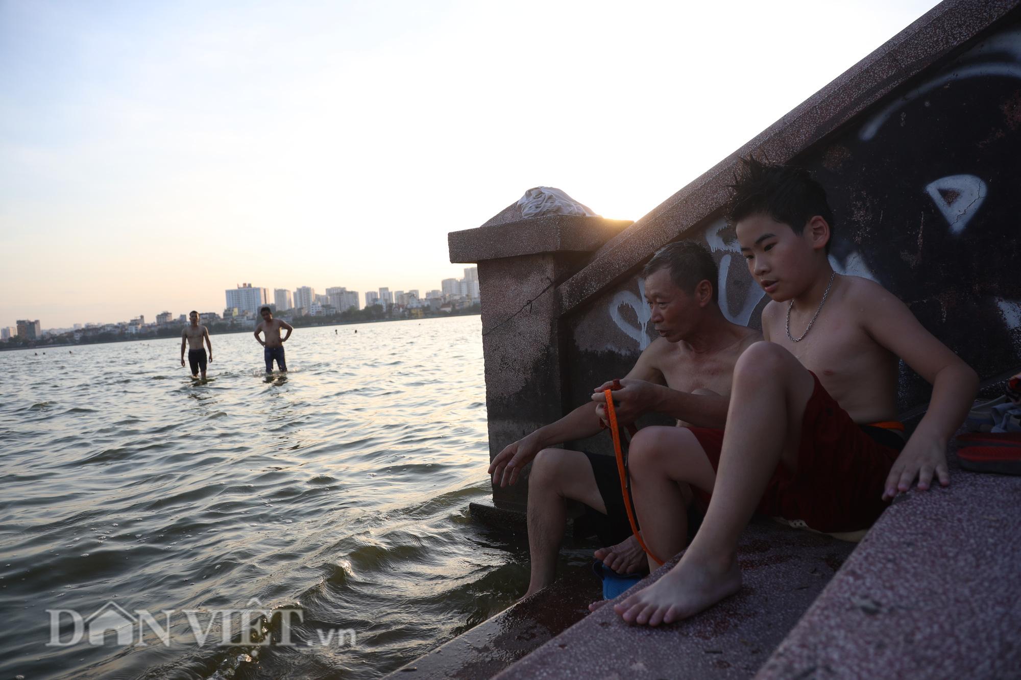 """Bất chấp cảnh báo """"nguy hiểm"""", người Hà Nội vẫn xuống hồ tắm giải nhiệt - Ảnh 8."""