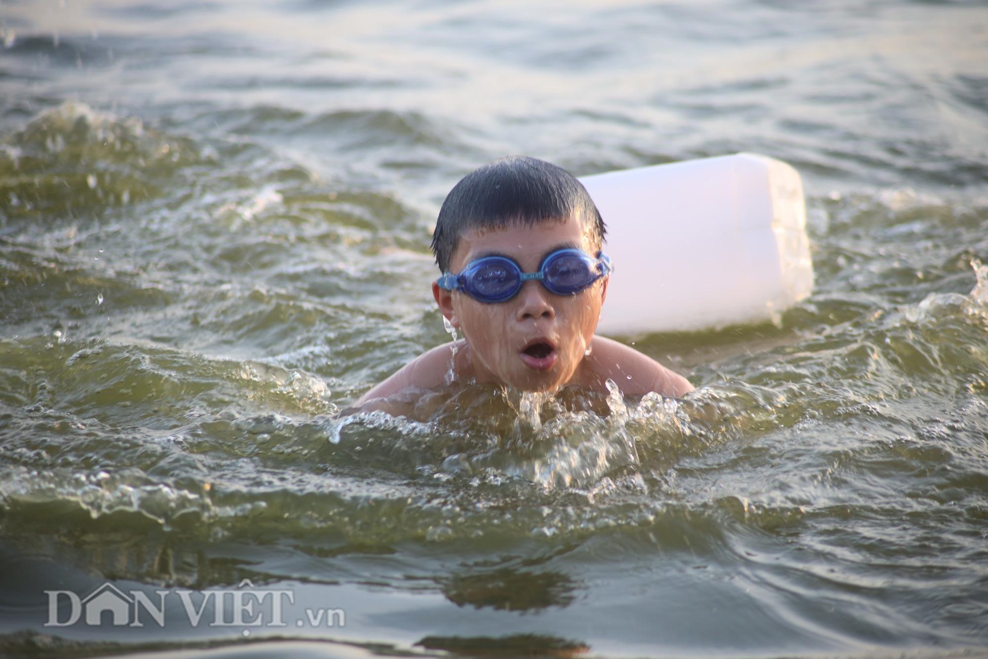 """Bất chấp cảnh báo """"nguy hiểm"""", người Hà Nội vẫn xuống hồ tắm giải nhiệt - Ảnh 9."""
