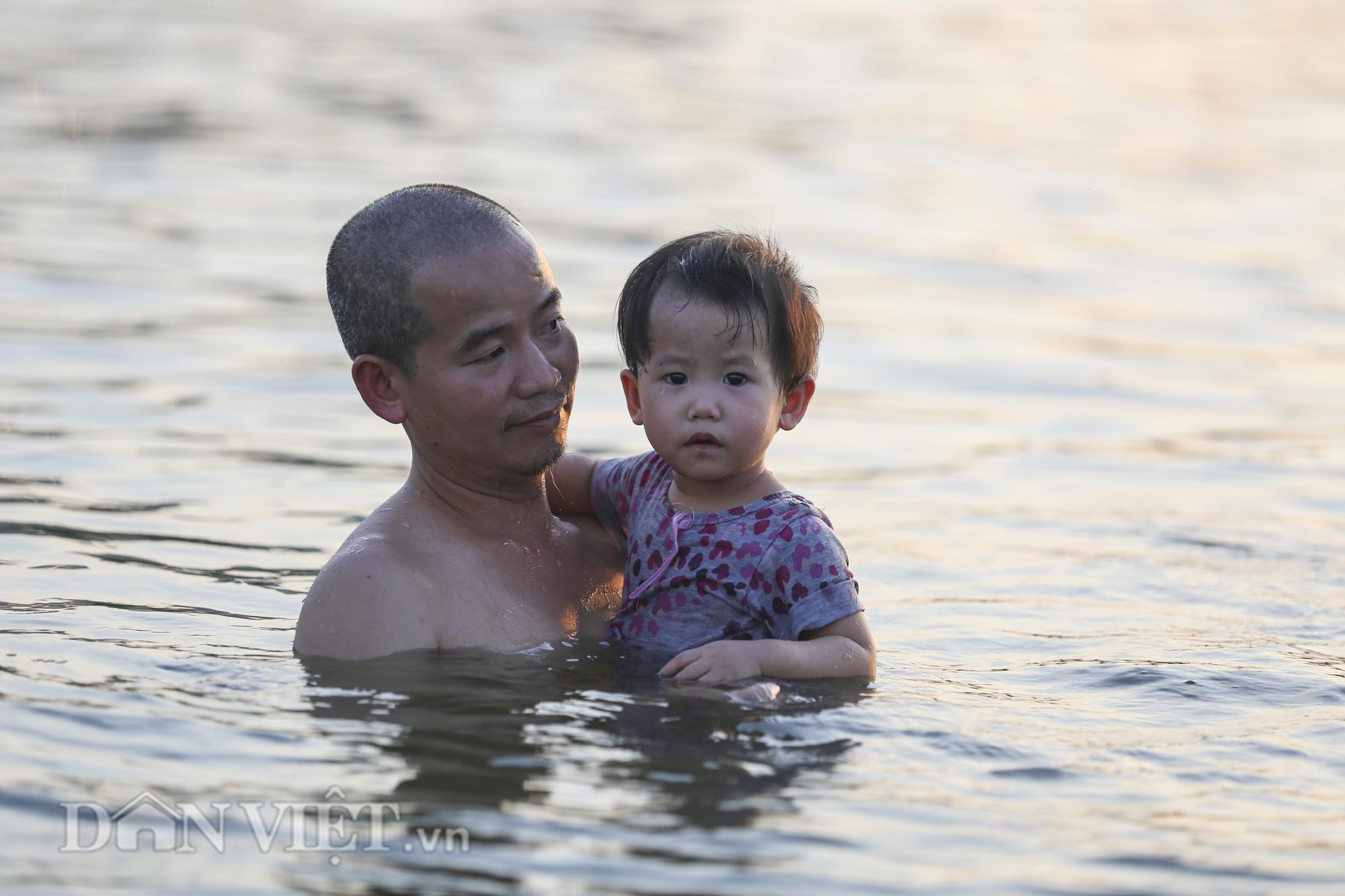 """Bất chấp cảnh báo """"nguy hiểm"""", người Hà Nội vẫn xuống hồ tắm giải nhiệt - Ảnh 4."""