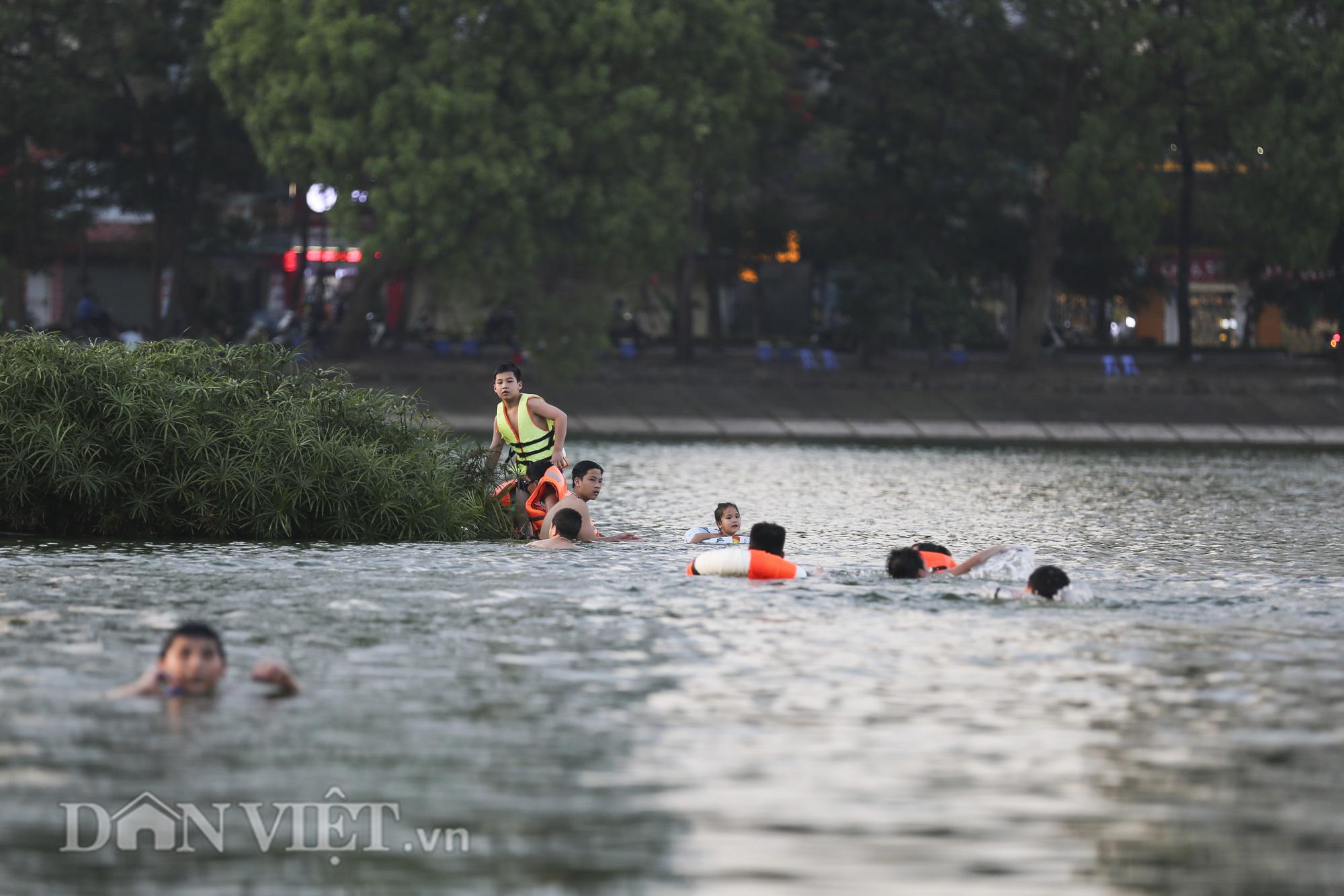 """Bất chấp cảnh báo """"nguy hiểm"""", người Hà Nội vẫn xuống hồ tắm giải nhiệt - Ảnh 5."""