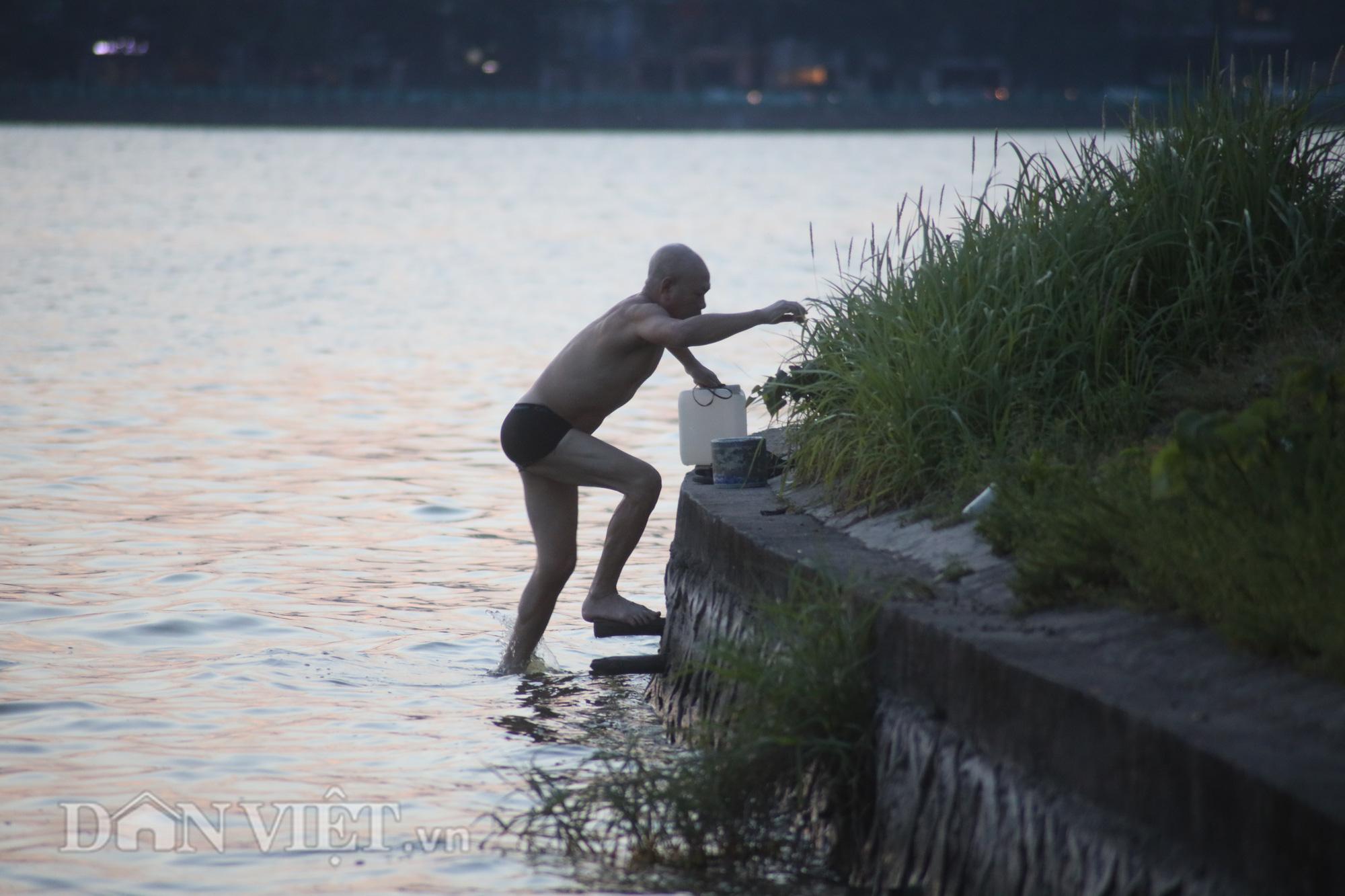 """Bất chấp cảnh báo """"nguy hiểm"""", người Hà Nội vẫn xuống hồ tắm giải nhiệt - Ảnh 11."""