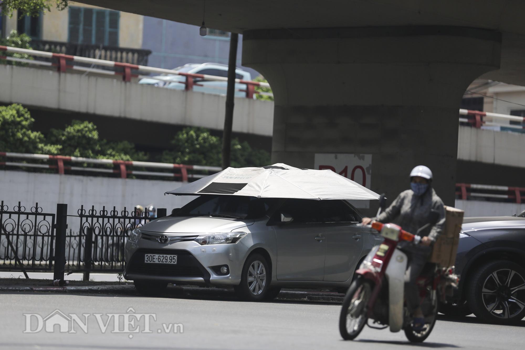 Những chiếc ô che nắng dành cho ô tô có giá trên 1 triệu đồng được người dân ưa chuộng sử dụng.