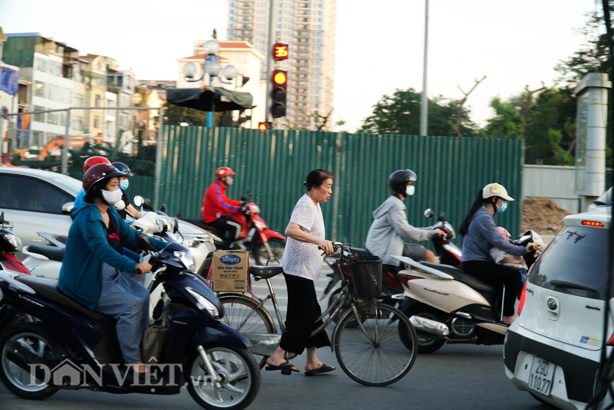 Người dân chật vật di chuyển qua nút giao đang thi công đường vành đai 2,5 - Ảnh 12.