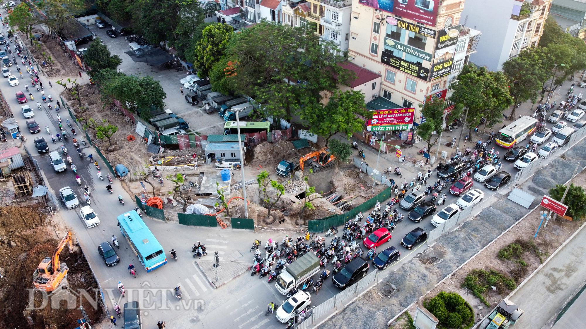 Người dân chật vật di chuyển qua nút giao đang thi công đường vành đai 2,5 - Ảnh 2.