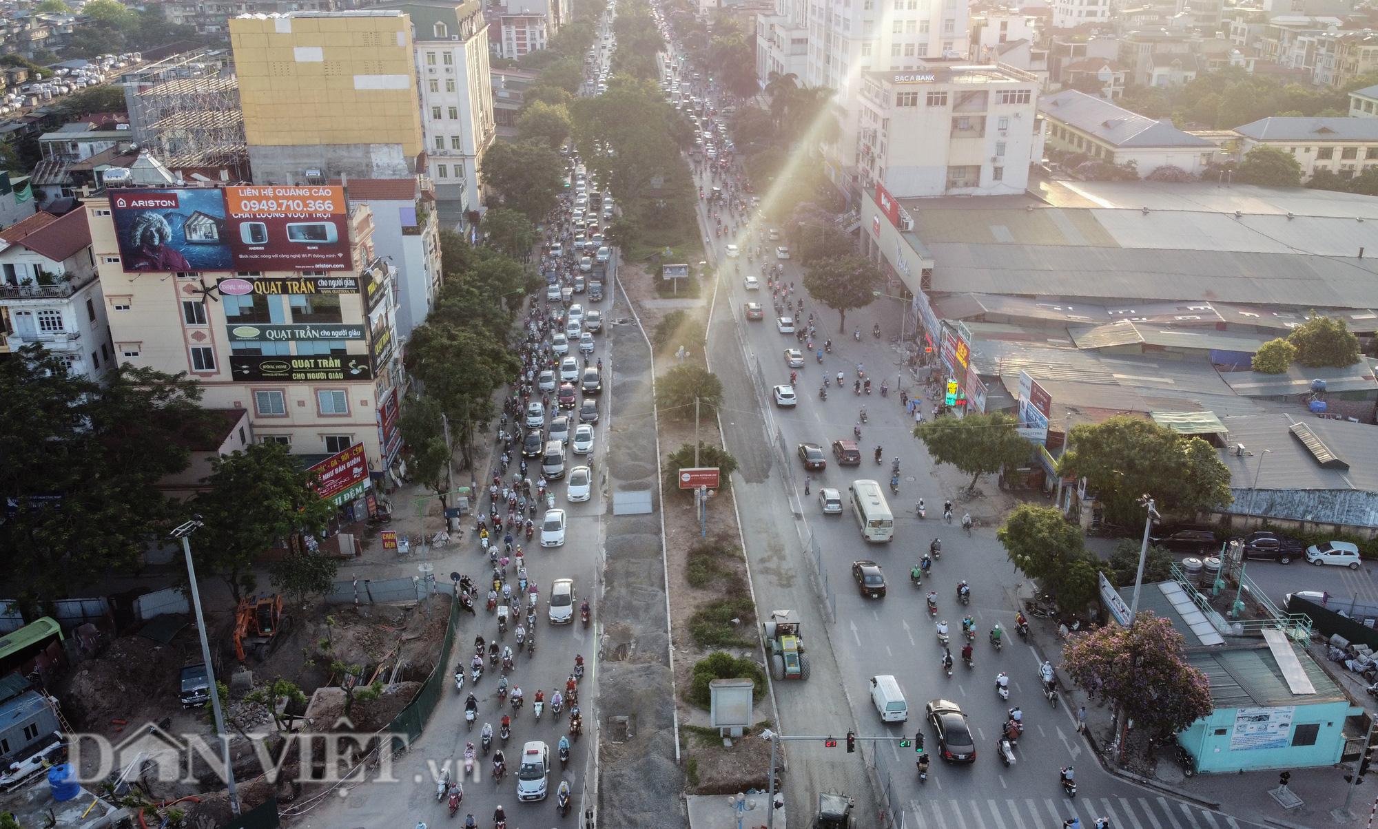 Người dân chật vật di chuyển qua nút giao đang thi công đường vành đai 2,5 - Ảnh 1.