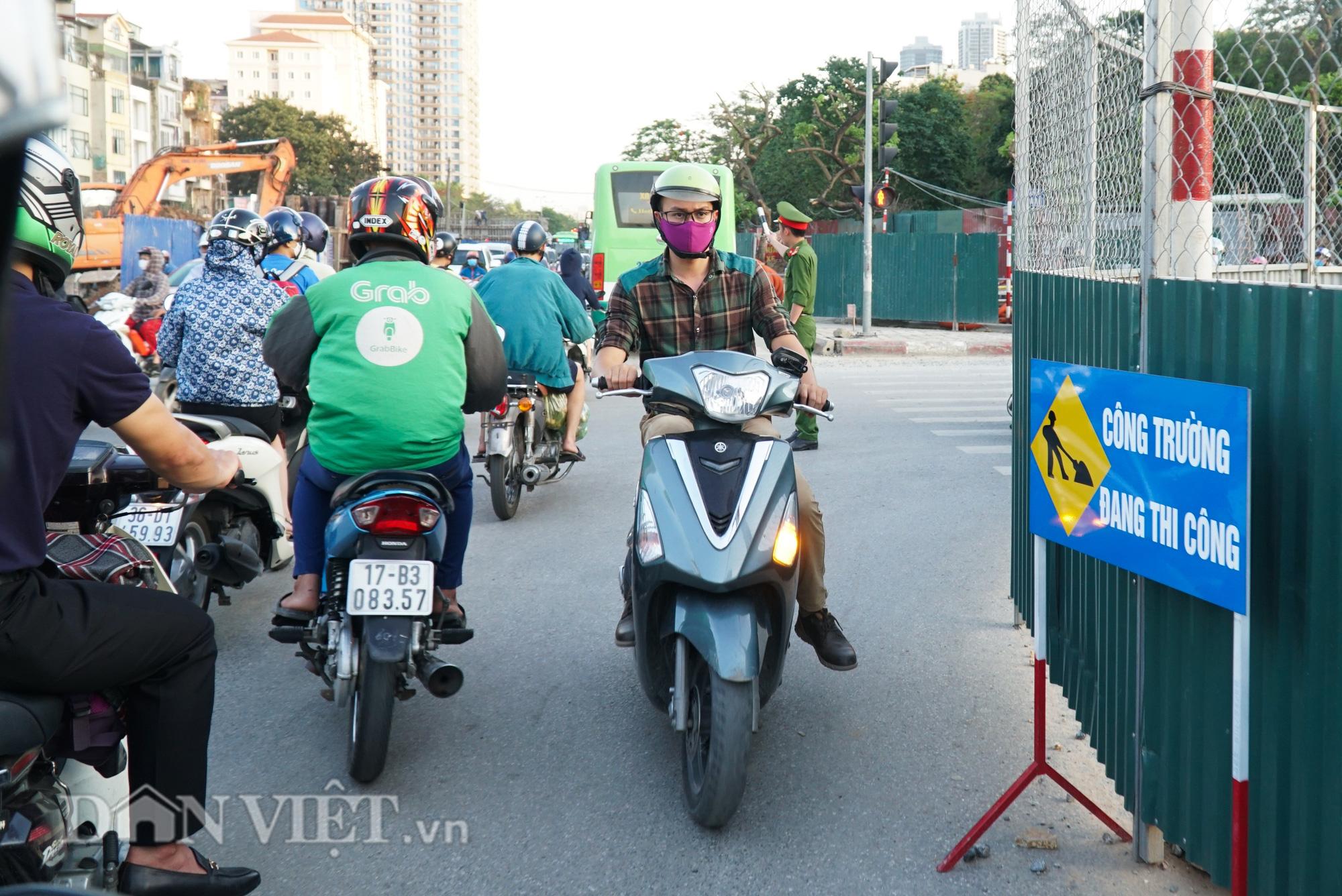 Người dân chật vật di chuyển qua nút giao đang thi công đường vành đai 2,5 - Ảnh 7.