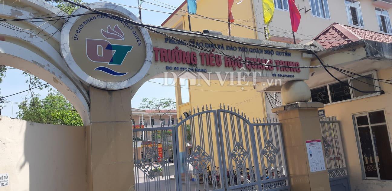 Hiệu trưởng Trường tiểu học Quang Trung nói gì về việc trẻ lớp 1 bị đứng trước cổng trường trời 40 độ? - Ảnh 1.