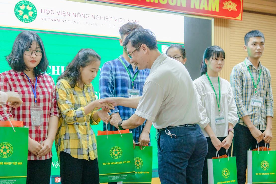 Học viện Nông nghiệp Việt Nam phối hợp với C.P tặng quà cho sinh viên khó khăn do Covid-19 - Ảnh 3.