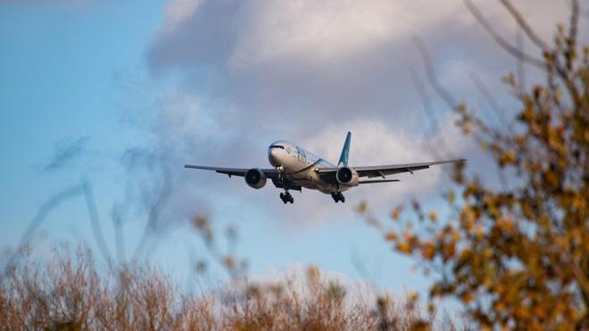 Máy bay chở hơn 100 người rơi ở Pakistan - Ảnh 1.