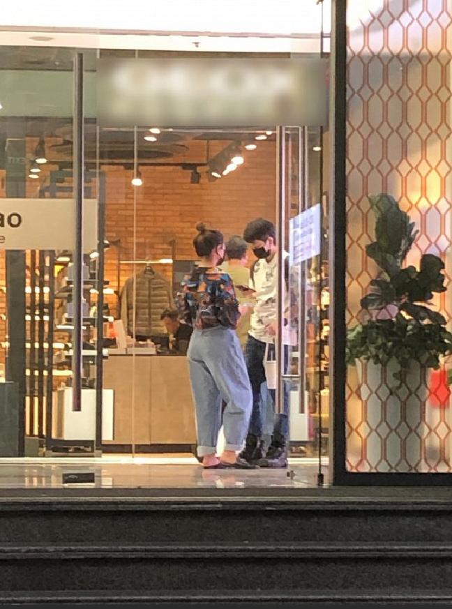 Hoàng Thùy Linh – Gil Lê bị bắt gặp đi mua sắm cùng nhau giữa ồn ào với Chi Pu? - Ảnh 2.